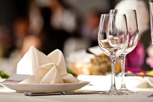 Pitie pri jedle škodí tráveniu
