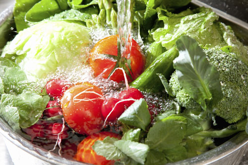 Je oplachovanie ovocia pred jedlom naozaj účinné?