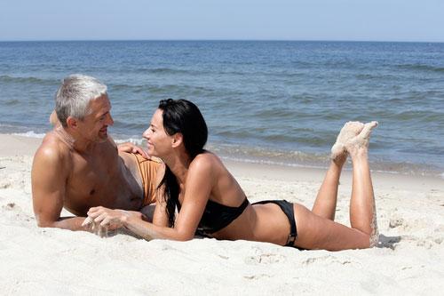 Muži preferujú mladšie, ženy starších