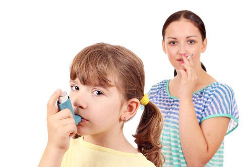 Fajčenie rodičov je hlavnou príčinou astmy ich detí