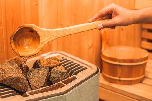 Nalievanie vody na horúce kamene